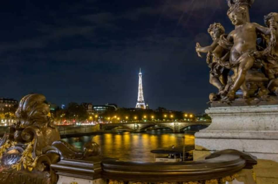 Paris by Night: City Tour & Visit to the Eiffel Tower in a Small Group