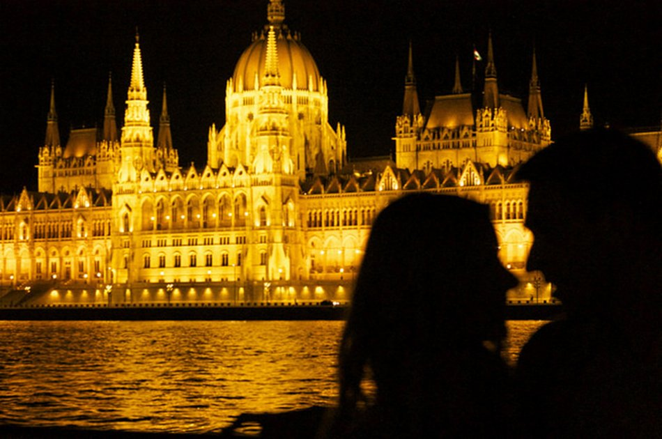 Dinner & Cruise with Live music on Christmas Eve in Budapest