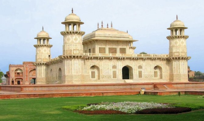 Same Day Taj Mahal Tour from New Delhi Including Agra Fort