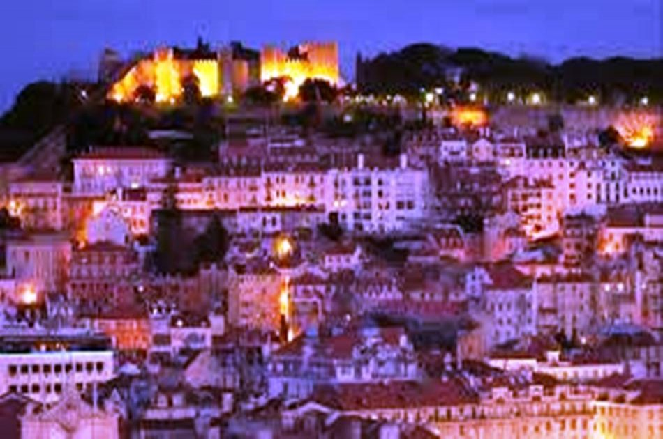 Lisbon Night Group Tour with Fado Dinner Show