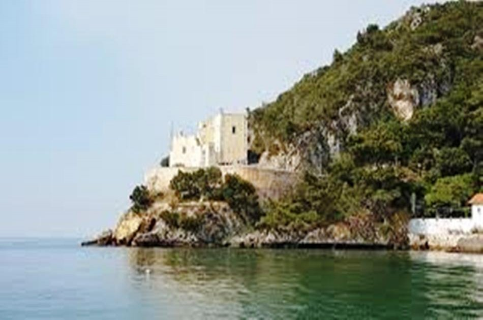 Lisbon Tour to Arrabida & Sesimbra Natural Park- with fish / seafood lunch