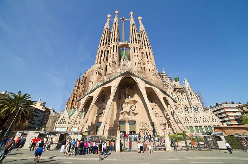 Small Group Barcelona City Tour With Skip The Line Tickets and Hotel/Port Pickup